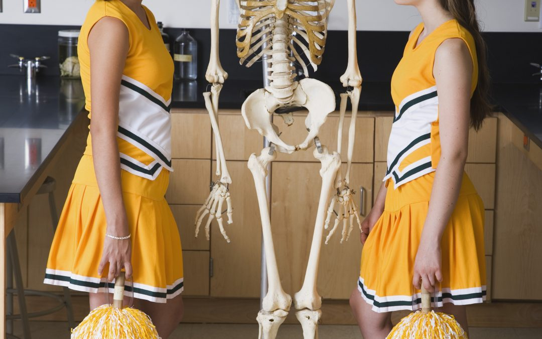 https://picspree.com/es/photos/cheerleaders-standing-face-to-face-with-human-skeleton-in-classroom-1108140